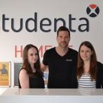 Katharina Klahold und Clara Lamm von campus relations e.V. freuen sich mit Stefan Hugenroth (Studenta) über die Kooperation.