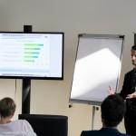 PRCC-Berater Daniel Vollhase diskutiert die Karrierebarometer-Ergebnisse mit rund 20 Kommunikationsprofis in Düsseldorf.