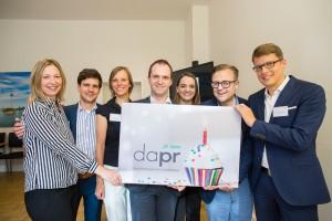 Jubiläumsempfang #DAPR25: das DAPR-Team mit Geschäftsleiter Nils Hille (Mitte)