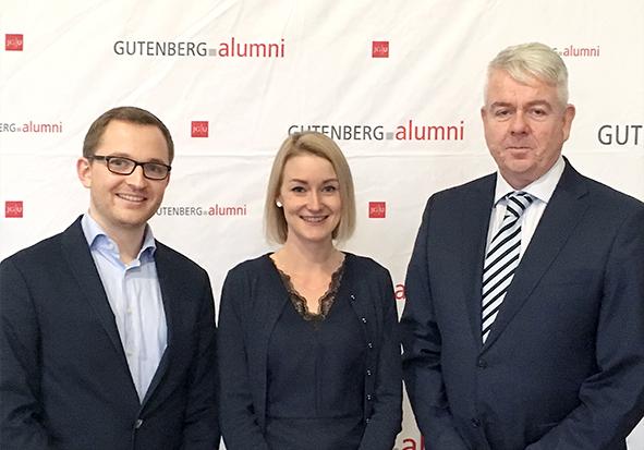 Die Gewinnerin des diesjährigen Master-Awards Unternehmenskommunikation, Nicola Heitzler (Mitte), wurde durch Sebastian Riedel (links), Senior Consultant bei Klenk & Hoursch, sowie Axel Wenderoth (rechts), Mitglied des Stiftungsbeirats der Alumni-Stiftung, geehrt.