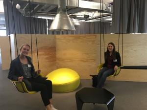 """Annika Remberg und Clara Lamm genießen die Atmosphäre im Coworking-Space """"Colabor8""""."""