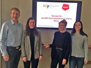 David Peter mit dem kommos Lisa Rath, Katharina Schober & Kathrin Kamm (v. l. n. r.)