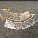Zeichnung: gegenläufige Pfeile als Symbol für Reverse Mentoring
